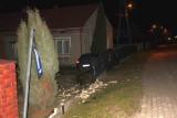 Pijany kierowca peugeota staranował w Sokolnikach ogrodzenie posesji. Mężczyzna był agresywny [ZDJĘCIA]