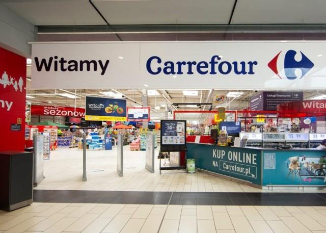 Przybywa sieci handlowych, które otwierają wybrane sklepy we wszystkie niedziele, także niehandlowe. Często wywołuje to niezadowolenie ich pracowników. Związkowcy z Solidarności w Carrefour Polska przygotowali list otwarty do posłanek i posłów, w którym domagają się uszczelnienia przepisów.Carrefour może być 20. siecią handlową, która otworzy wybrane sklepy w niedziele niehandlowe, gdyż staną sie placówkami pocztowymi. W sierpniu sieć podpisała umowę z firmą Pointpack, która umożliwia odbieranie i nadawanie przesyłek. Zostało to odebrane jako zapowiedź otwierania sklepów w niedziele niehandlowe i wywołało sprzeciw pracowników.Czytaj dalej