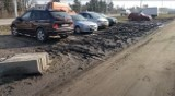 Trawnik zamieniony w błoto. Deweloper: Dziki parking na Jagodnie pozostanie do zakończenia budowy