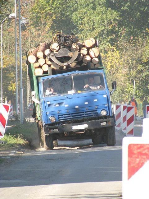 Samochody ciężarowe nic sobie nie robią z zakazu i przejeżdżają przez remontowany odcinek alei Wolności.