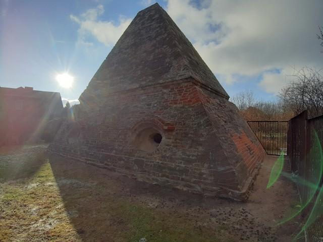 XVIII-wieczna piramida, grobowiec rodu von Ebenów, znajduje się przy drewnianym kościele w Rożnowie.