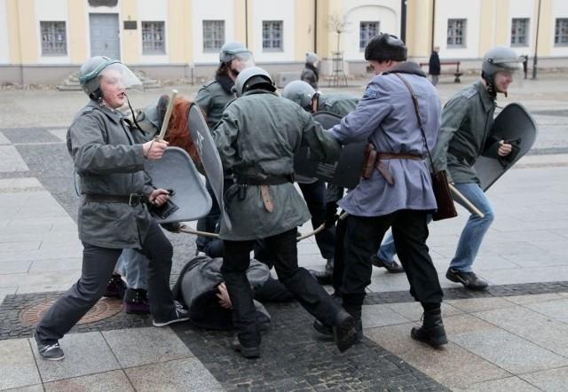 Milicyjna inscenizacja w centrum Białegostoku przypomniała o 13 grudnia 1981 roku