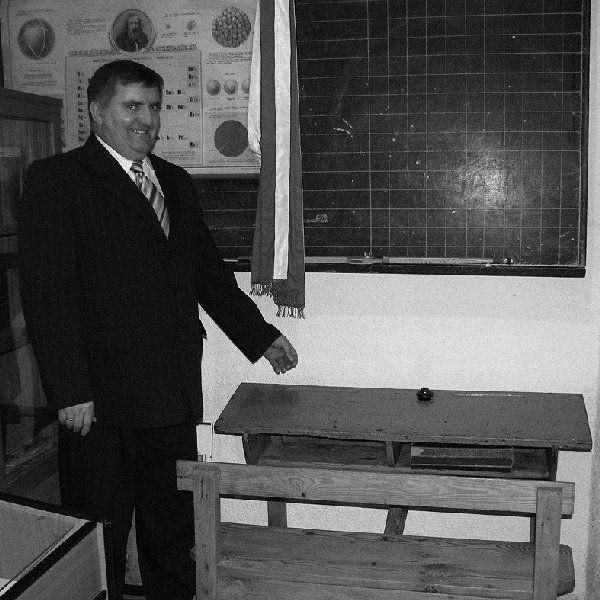 Wiceburmistrz Ryszard Bartoszewski prezentuje  muzealne eksponaty.