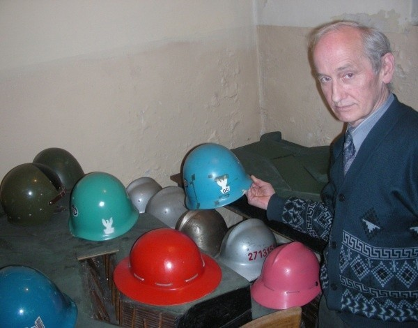 Henryk Isalski, szef gminnego centrum reagowania, pokazuje zbiór hełmów. Ktoś wyrzucił na złom, a tu się przydały.
