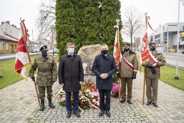 Wojewoda świętokrzyski Zbigniew Koniusz i starosta włoszczowski Dariusz Czechowski przed pomnikiem Niepodległości we Włoszczowie.