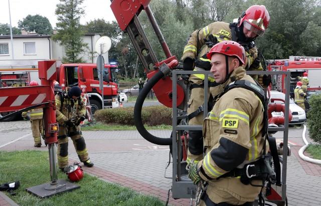 Trzeci dzień ćwiczeń grudziądzkich strażaków. Dziś w wieżowcu na osiedlu Strzemięcin
