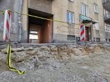 """Mieszkańcy ul. Lipowej w Lublinie oburzeni. """"Drogowcy zerwali asfalt z jezdni, nie możemy dojechać do kamienicy, do naszych mieszkań"""""""
