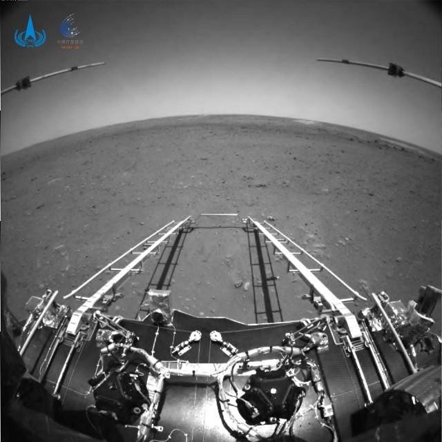 Chiński łazik Zhurong wysłał na Ziemię pierwsze zdjęcia wykonane na Marsie