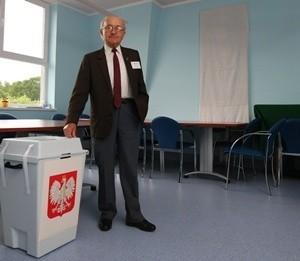 Członek komisji wyborczej w szpitalu Władysław Kosik nie widzi nic złego w tym, że głosowanie odbywa się w kaplicy. - Wszytko jest uzgodnione z dyrekcją szpitala - mówi. Przyznaje też, że jest niewierzący.