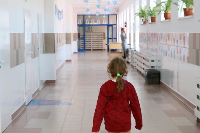 Dyrektorzy szkół uważają, że tylko przy ograniczonej liczbie dzieci mogą zapewnić bezpieczeństwo sanitarne