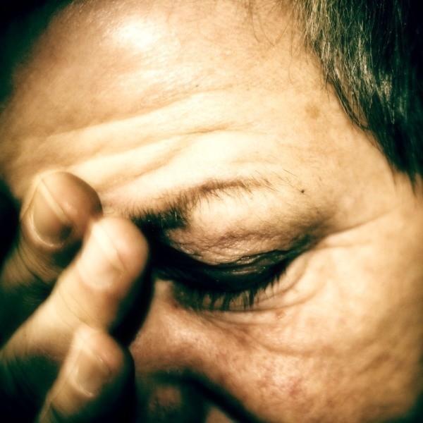 Ból głowy i gorączka to też objawy reumatyzmu.