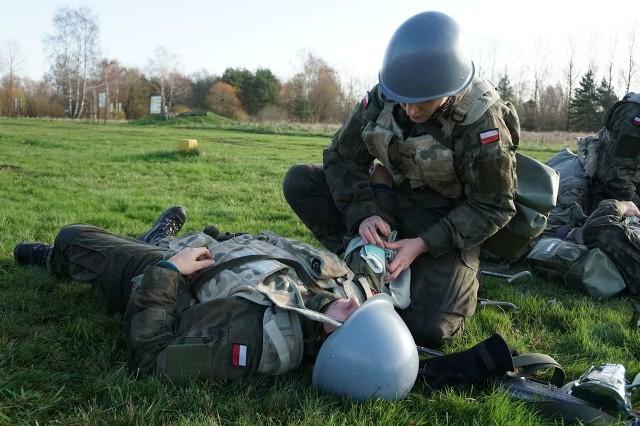 W Centrum Szkolenia Marynarki Wojennej w Ustce zakończyły się egzaminy żołnierzy służby przygotowawczej, podsumowujące etap szkolenia podstawowego.Podczas egzaminów kadra CSMW sprawdzała wiedzę i umiejętności oraz sprawność fizyczną elewów. Żołnierze służby przygotowawczej przez niespełna dwa miesiące szkolili się z zakresu: taktyki, terenoznawstwa i łączności, wychowania fizycznego, szkolenia strzeleckiego i medycznego, regulaminów, szkolenia inżynieryjno-saperskiego, obrony przed bronią masowego rażenia i SERE. Ćwiczyli strzelanie z karabinów kbkAK w różnych warunkach, składanie i rozkładanie broni, zakładanie odzieży ochronnej, pokonywanie taktycznego toru przeszkód, poznawali budowę i przeznaczenie, m.in. posługiwanie się busolą i środkami łączności czy zakładanie opatrunków na rany postrzałowe.