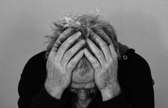 Już na początku pandemii COVID-19 brano pod uwagę jej negatywny wpływ na psychikę osób zdrowych oraz ze zdiagnozowanymi chorobami psychicznymi obecnie lub w przeszłości. Teraz wiemy już, że zaburzenia psychiczne to kolejne długofalowe skutki pandemii COVID-19.