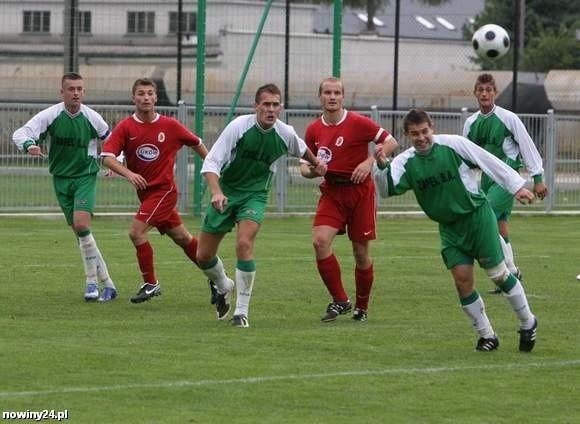 Piłkarze Izolatora (zielone stroje) w meczu w Kolbuszowej zagrali bez Krzysztofa Sierżęgi i Sławomira Przybyły.