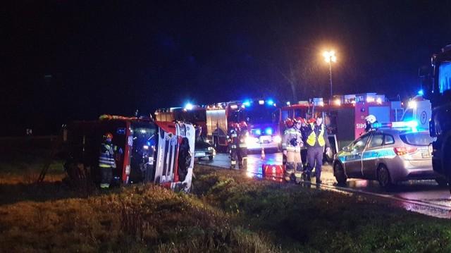 Wóz strażacki po zdarzeniu z osobówką się przewrócił