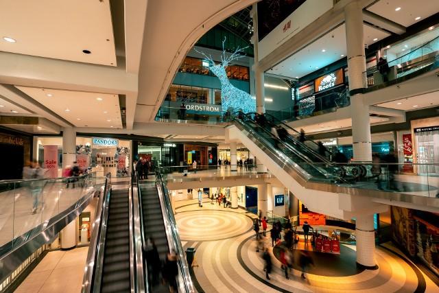 Jedna z warszawskich galerii handlowych otworzy sklepy w niedzielę z zakazem handlu.