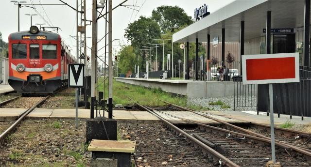 Nowoczesny peron doskonały dla ludzi z ograniczoną niepełnosprawnością, jest nieczynny. Pasażerowie muszą korzystać ze starych peronów.