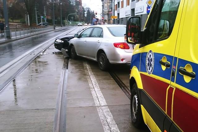 Do zderzenia samochodów doszło w piątek, 4 stycznia, na ul. Warszawskiej w Gorzowie. Kierujący audi wjechał na ul. Warszawską z drogi podporządkowanej. Niestety zajechał drogę prawidłowo jadącej toyocie. Doszło do mocnego zderzenia.Na miejsce została wezwana ekipa karetki pogotowia ratunkowego. Na szczęście okazało się, że nikomu nic się nie stało. Zdarzenie zostanie zakwalifikowane jako kolizja.Zobacz, jak udzielać pierwszej pomocy ofiarom wypadków: