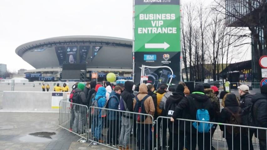 Najważniejsze rozgrywki graczy na największej e-sportowej imprezie w Polsce czas zacząć! Intel Extreme Masters 2019 w Katowicach, a raczej ESL One, bo pod znakiem tej imprezy odbywa się pierwszy e-sportowy weekend, rozpoczęte. Przed Spodkiem od rana ustawiają się kolejki osób, które chcą oglądać zmagania topowych graczy z całego świata.