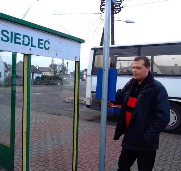 Kursujący na linii Siedlec-Opoje autobus jeździ tylko do miasta. Na wieś z powrotem już nie wraca.