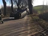 Zielony Gaj. Wypadek na drodze do Spytkowa. Volkswagen uderzył w drzewo i dachował [ZDJĘCIA]