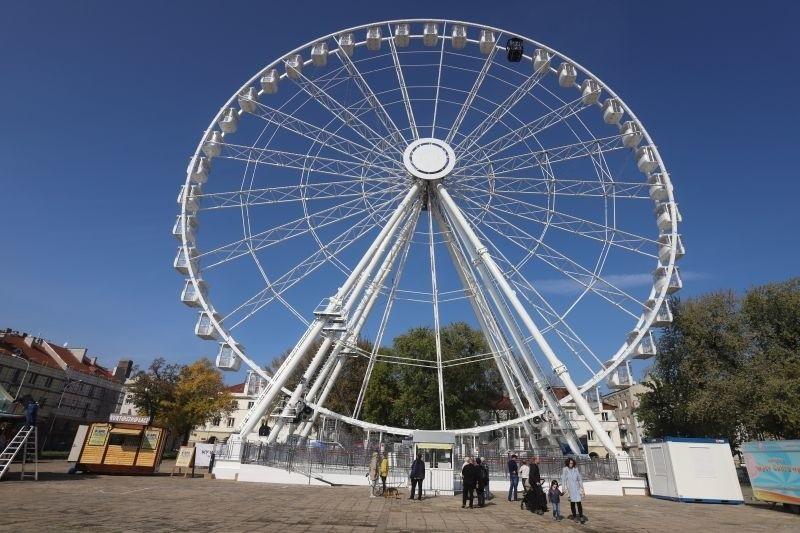 Gigantyczne koło widokowe, które od września gości w Łodzi na Starym Rynku, zostanie w Łodzi do stycznia 2020! Być może będzie można powitać na nim nawet Nowy Rok... Czytaj więcej na następnej karcie