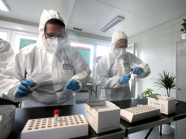 Testowanie osób z podejrzeniem zakażenia koronawirusem.