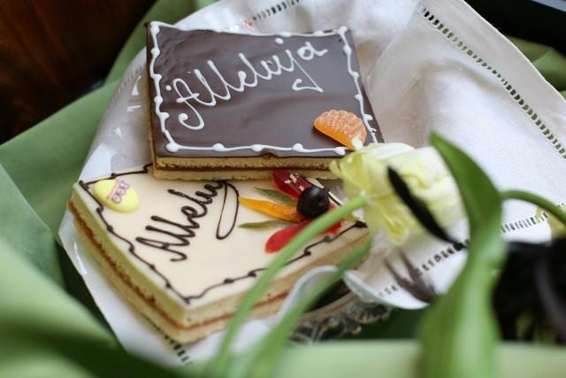 """Mazurek wielkanocnyMazurek często ma wykonaną dekorację, która zawiera motywy charakterystyczne dla Wielkanocy , takie jak: hasło """"Alleluja"""" lub wzór przedstawiający gałązki wierzby oraz pisanki."""