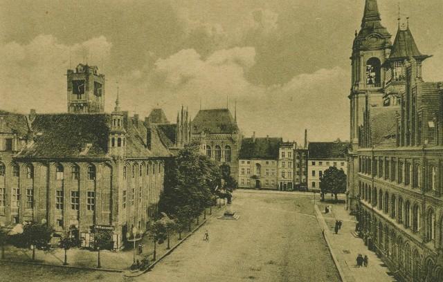 Rynek Staromiejski w Toruniu na zdjęciu zrobionym po 1902 roku. Za drzewami, w północno-zachodnim narożniku ratusza widać sklep Willamowskiego