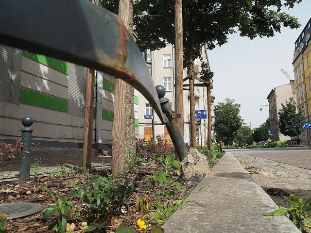 """Na Starym Polesiu w ramach programu """"Zielone Polesie"""" powstają kolejne podwórce. Te najnowsze nie wyglądają źle, ale im starszy woonerf, tym większa ruina. Miasto niewystarczająca dba o zielone ulice, a mieszkańcy dokładają swoje cztery grosze Gdzie jest najgorzej?ZOBACZ ZDJĘCIA"""