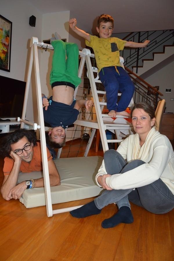 Domowy plac zabaw można wykorzystać na wiele sposobów. - Figelo rośnie z dzieckiem - mówią Wnękowie, na zdjęciu ze Stasiem i Wojtkiem