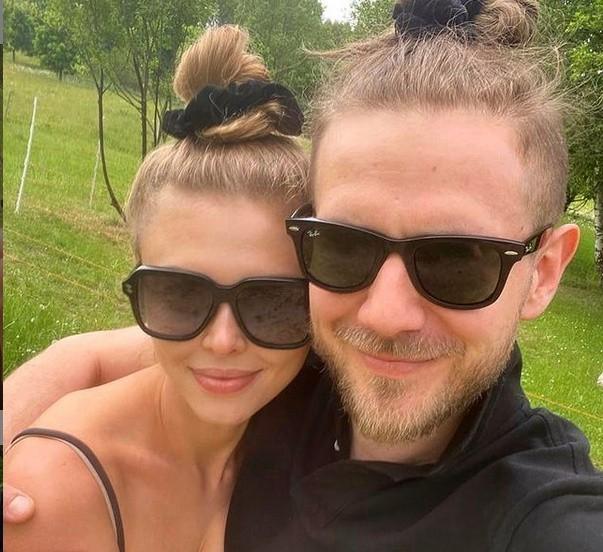 """W czwartek, 17 czerwca aktor opublikował w mediach społecznościowych pierwsze od miesięcy wspólne zdjęcie z Joasią i podpisał je """"Moje szczęście""""."""