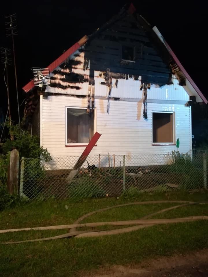 Jałówka. Pożar domu i budynku gospodarczego. Z ogniem walczyło 10 zastępów straży pożarnej [ZDJĘCIA]