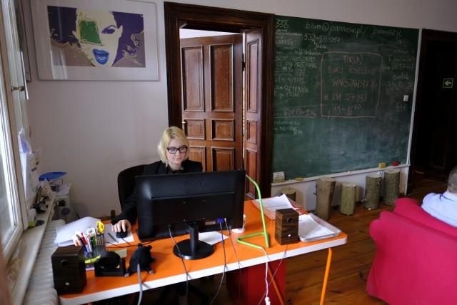 Niektórzy wraz z początkiem kolejnej kadencji przenoszą swoje biura, a debiutanci w sejmowych ławach muszą swoje urządzić i zorganizować.CZYTAJ DALEJ >>>>>Zobacz także: Co to za potężne eksplozje w Toruniu? Sprawdziliśmy!
