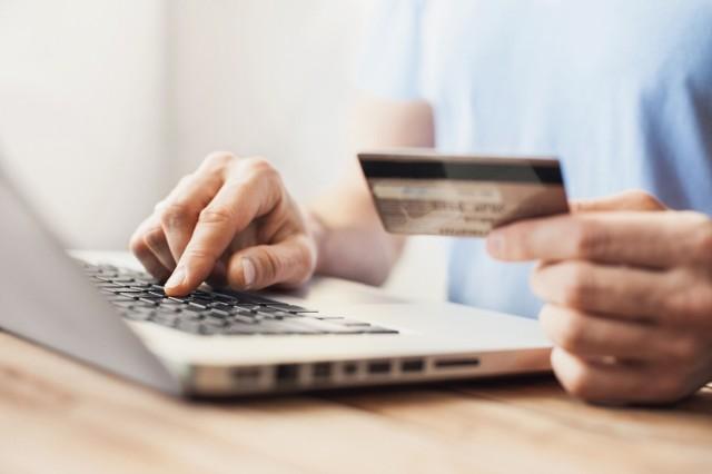 Oszuści opracowali nowy sposób na czyszczenie kont. Wykorzystują karty i aplikacje płatnicze Google Pay lub Apple Pay.