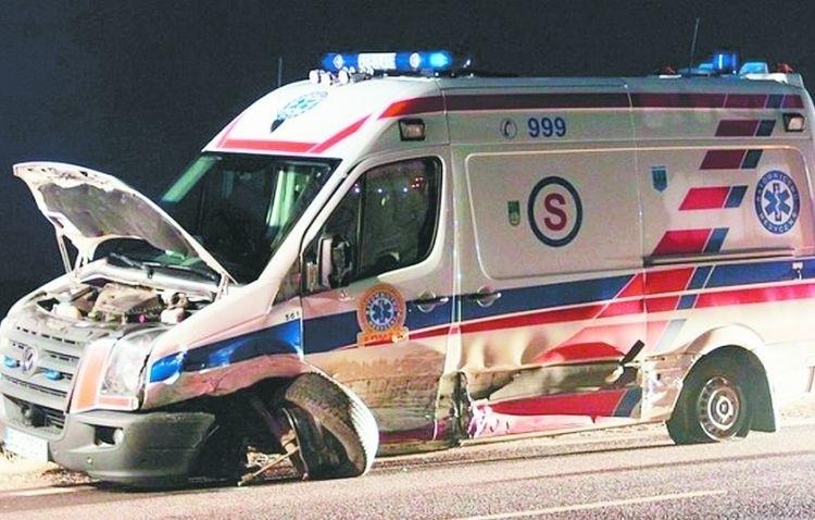 Kilkuletnia zaledwie karetka została poważnie zniszczona. Na szczęście w środowym wypadku na drodze krajowej nr 61 obyło się bez ofiar śmiertelnych.
