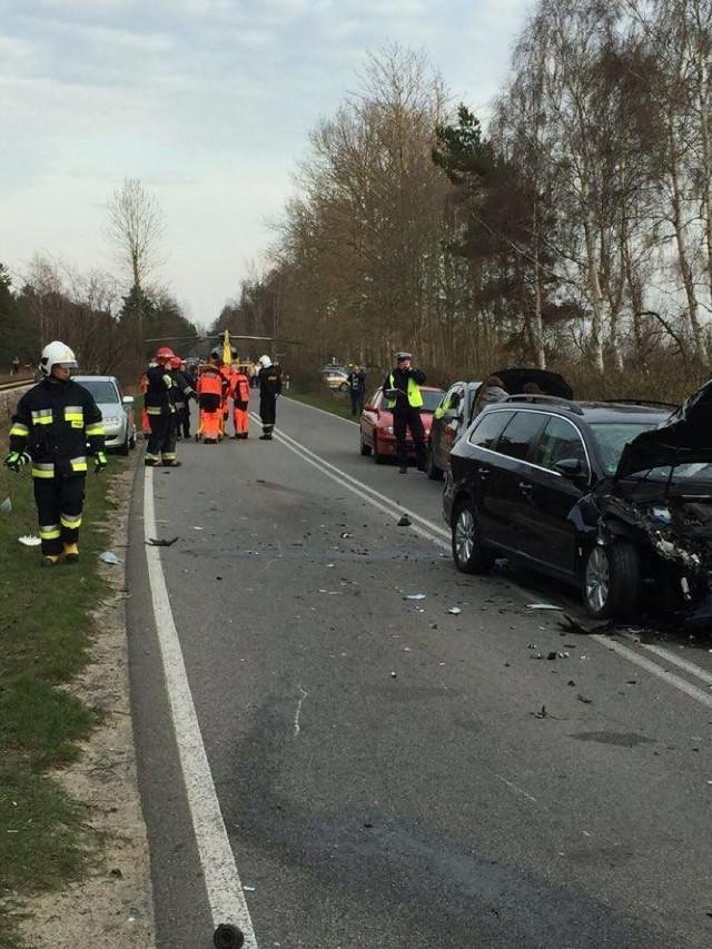 Na Półwyspie Helskim między Władysławowem i Chałupami doszło w niedzielę 3 kwietnia do czołowego zderzenia motoru i samochodu osobowego