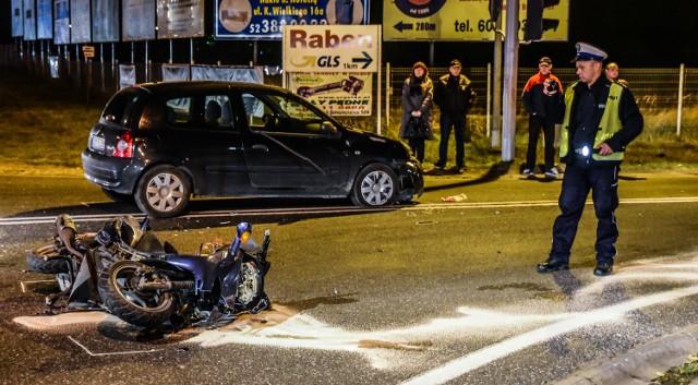 Kilka minut po godz. 16.00 w Lisim Ogonie pod Bydgoszczą motocykl uderzył w renault clio. Motocyklista trafił do szpitala.