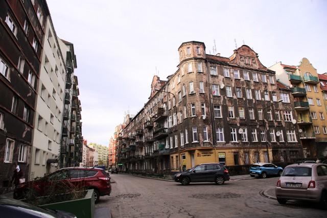 Gęsta zabudowa pierzei we Wrocławiu rozciągała się na wiele kilometrów. Niewiele budynków ocalało po wojnie i cudem spotkać można miejsca gdzie działań wojennych nie było. Choć wojna skończyła się dziesiątki lat temu to ocalałe perły architektury wrocławskiej niszczeją.  Wiele kamienic zachowało architekturę przedwojennego Wrocławia, zobacz gdzie znajdują się te w najgorszym stanie. Zobacz na kolejnych slajdach - posługuj się myszką, klawiszami strzałek na klawiaturze lub gestami na ekranie smartfona.