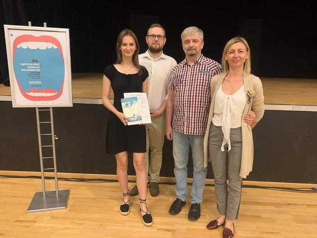 Monika Żaczkiewicz, recytatorka Domu Kultury w Zwoleniu zdobywa kolejne wyróżnienia podczas konkursów regionalnych, wojewódzkich i ogólnopolskich.