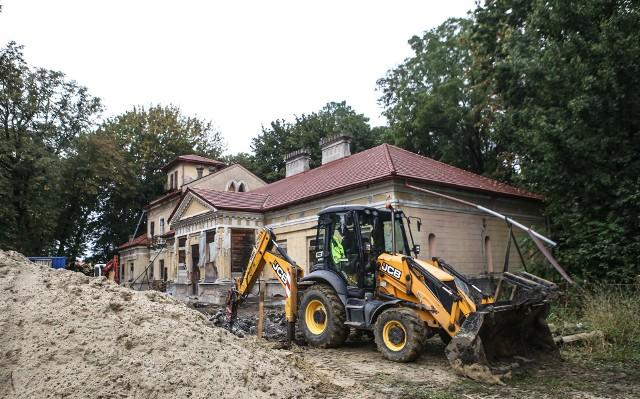 Do końca tego roku fundacja chce wykonać prace, których koszt szacuje na około 400 tysięcy złotych. Ze względu na fatalny stan dworu, a także poziom skomplikowania i ilość robót koniecznych do wykonania, trudno określić termin, w którym uda się zakończyć renowację.