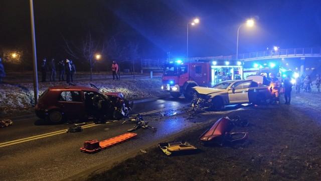 Groźny wypadek miał miejsce 1 stycznia na ulicy Piłsudskiego w Kaliszu. Doszło tam do czołowego zderzenia dwóch samochodów osobowych. W wyniku wypadku zmarł 14-latek. Trzy osoby są ranne. Jak się okazało, jeden z kierowców był pijany.Kolejne zdjęcie --->