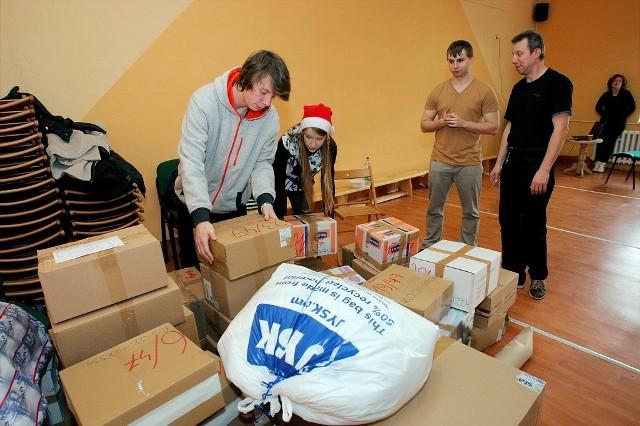 Jedna z obdarowanych w tym roku rodzin otrzymała aż 47 pudełek. Druga od lewej Agnieszka Nikczyńska, lider akcji