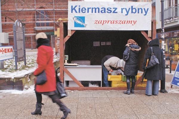 Wczoraj karpie można było kupić także na ulicznym stoisku.