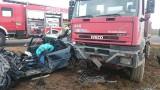 Ciężarówka wbiła się w osobówkę (zdjęcia)