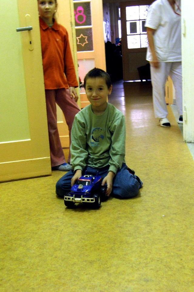 Mlodziez z LO w Ustce wreczala paczki chorym dzieciom w slupskim szpitalu.