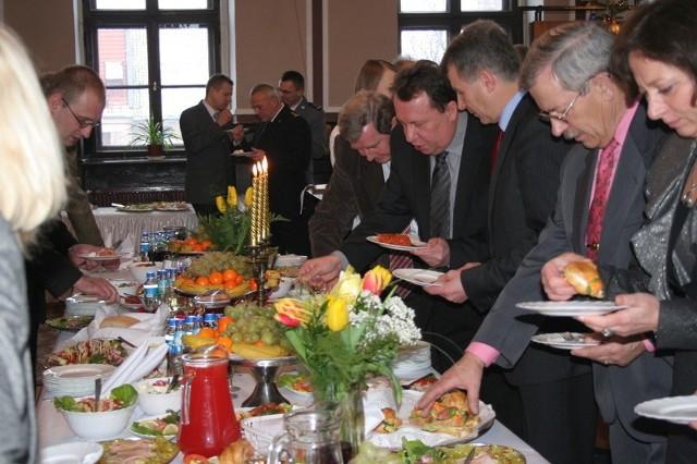 Po złożeniu życzeń burmistrz zaprosił gości do stołu