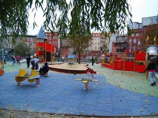 Do zdarzenia doszło na placu zabaw na bydgoskiej starówce. Policja zatrzymała mężczyznę, który robił zdjęcia bawiącym się dzieciom.
