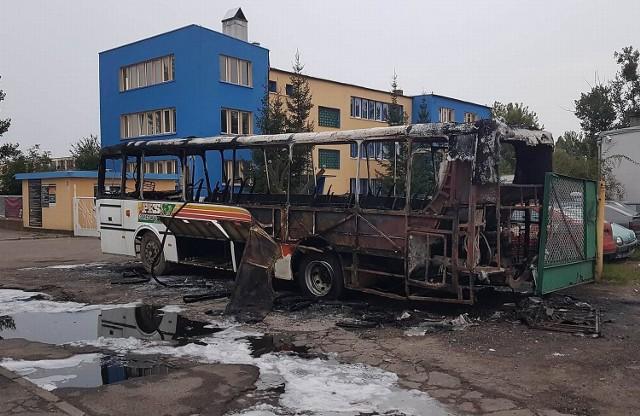 Piroman podpalił m.in. autobus.