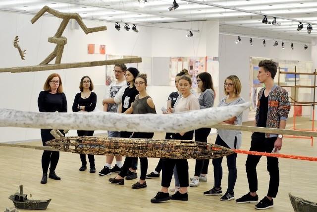 FotWystawy wzbogacają wiedzę i wrażliwość młodych artystów. Na zdjęciu uczniowie Plastyczniaka w Galerii Sztuki Współczesnej